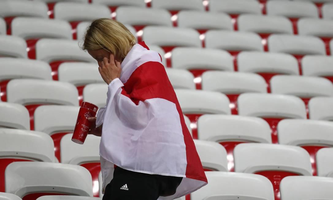 Torcedora britânica deixa o estádio após a eliminação em Nice Kai Pfaffenbach / REUTERS