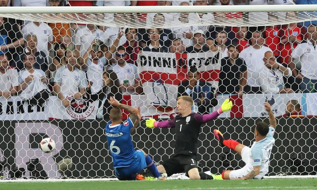 Sigurdsson, número 6, marca o gol de empate na partida histórica contra a Inglaterra Thanassis Stavrakis / AP