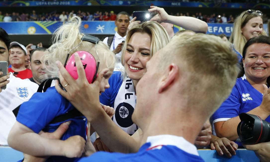 O islandês comemora com a mulher e a filha a inédita classificação às quartas de final Michael Dalder / REUTERS