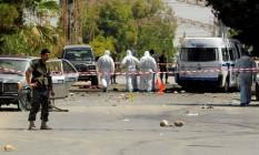 Soldados e forenses libaneses atuam em al-Qaa, atingida por série de atentados Foto: HASSAN ABDALLAH / REUTERS
