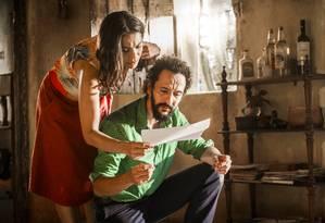 Bento (Irandhir Santos) mostra os documentos da secretaria para Beatriz (Dira Paes) Foto: Divulgação/TV Globo/João Miguel Júnior