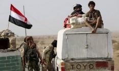 Soldados checam ponto de divisão em Mukalla Foto: Reuters