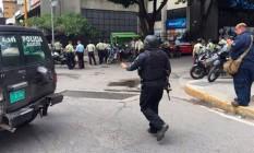 Polícia confere área de assalto em Caracas Foto: Reprodução