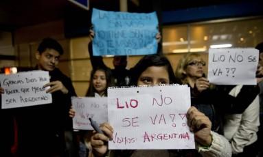 No desembarque na noite desta segunda-feira, torcedores argentinos pedem que Messi não deixe a seleção Foto: Natacha Pisarenko / AP