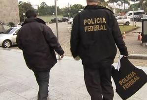 Policiais federais com malotes apreendidos na Operação Boca Livre Foto: Reprodução/TV Globo