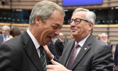 Presidente da Comissão Europeia, Jean-Claude Juncker (à dir.), cumprimenta o líder do partido de extrema-direita Ukip,Nigel Farage, durante uma sessão especial do Parlamento Europeu, em Bruxelas Foto: Geert Vanden Wijngaert / AP