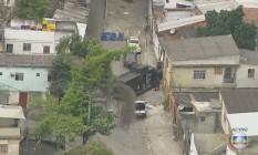 Veículo blindado dá apoio à operação no Morro São José Operário Foto: Reprodução TV