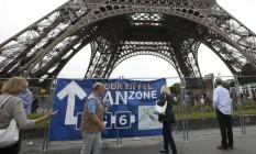 Turistas caminham perto da Torre Eiffel, fechada ao público nesta terça-feira Foto: JACKY NAEGELEN / REUTERS