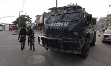 Policiais na entrada da Favela Parque União, na Maré Foto: Márcio Alves / Agência O Globo