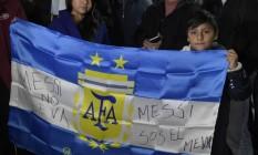Na bandeira argentina, mensagem de apoio a Messi na chegada da seleção a Buenos Aires, após mais um vice na Copa América Foto: EITAN ABRAMOVICH / AFP