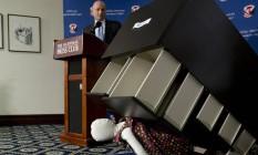 O presidente executivo do CPSC, Elliot Kaye, observa simulação de um acidente com um móvel da Ikea, que anunciou um recall voluntário após a morte de seis crianças no ano passado Foto: Carolyn Kaster / AP