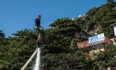 David Luiz se arrisca no water flight na Barra da Tijuca Foto: Divulgação
