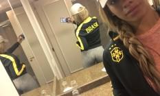 Dinah Jane posa com casaco da Seleção Brasileira em Porto Alegre Foto: Reprodução/Twitter