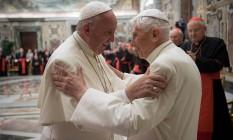 Bento XVI e o Papa Francisco em cerimônia no Vaticano Foto: OSSERVATORE ROMANO / REUTERS