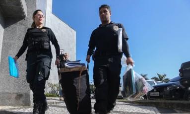 """Policiais chegam com malotes na sede da PF em São Paulo após diligência da operação """"Boca Livre"""" Foto: Pedro Kirilos / O Globo"""
