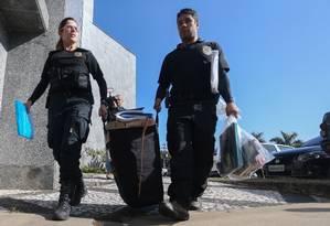 Policiais chegam com malotes na sede da PF em São Paulo após diligência da operação