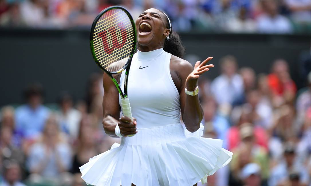 A tenista americana Serena Williams, vibra ao marcar mais um ponto na vitória sobre Amra Sadikovic, da Suíça GLYN KIRK / AFP