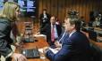 A presidente da CAE, senadora Gleisi Hoffmann (PT-PR) conversa com os colegas Fernando Bezerra Coelho (PSB-PE) e Acir Gurgacz (PDT-RO) durante reunião