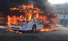 Ônibus é incendiado e prejudica o trânsito na Estrada do Galeão, na Ilha do Governador Foto: Foto de leitor
