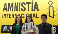 Madeleine Penman (à esq.), pesquisadora da Anistia Internacional; Erika Guevara-Rosas (centro), diretora da AI para Américas; e Byron Arellano, filho de um sobrevivente de tortura, posam juntos após apresentação de um relatório sobre mulheres sobreviventes de tortura sexual por autoridades mexicanas, na Cidade do México Foto: Rebecca Blackwell / AP