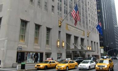 Fachada do Waldorf Astoria, em Nova York, e os clássicos táxis da cidade Foto: The Waldorf Astoria Hotel/Divulgação