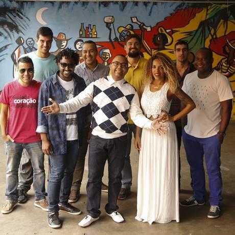 Dudu Nobre, com os integrantes do Arruda, no Renascença Foto: Gabriel de Paiva / Agência O Globo