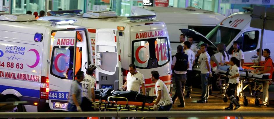 Paramédicos resgatam feridos e levam corpos de vítimas após ataque em Istambul Foto: OSMAN ORSAL / REUTERS
