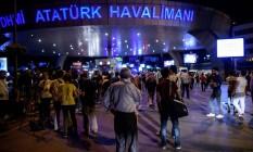 Pessoas aguardam na área externa do aeroporto de Ataturk, local do atentado Foto: OZAN KOSE / AFP