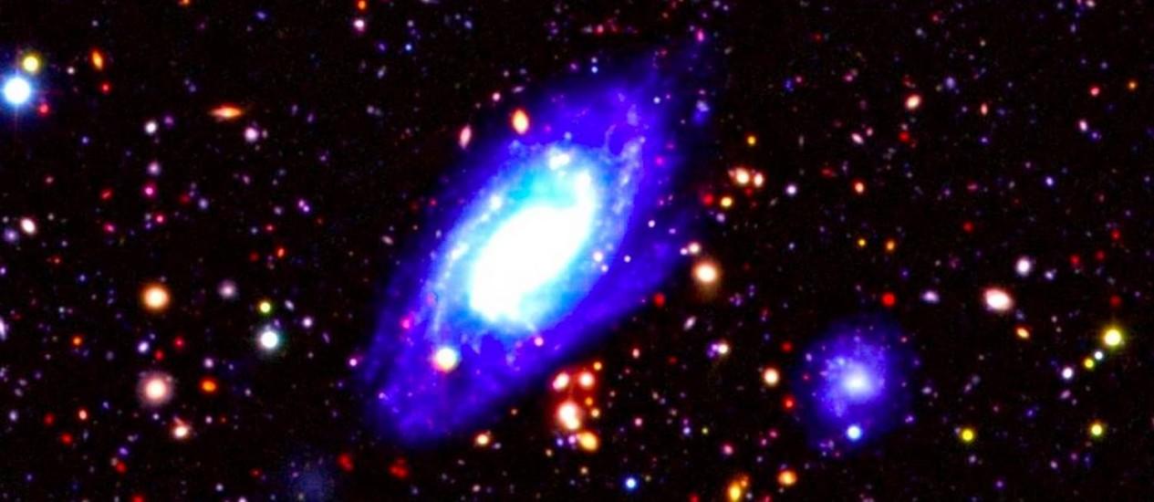 Detalhe da região estudada durante o projeto mostra galáxia mais próxima em primeiro plano, com diversas outras muito distantes ao fundo Foto: Divulgação/UDS