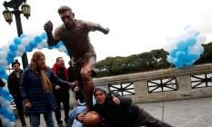 Torcedores visitam a estátua de Messi, inaugurada em Buenos Aires Foto: MARCOS BRINDICCI / REUTERS