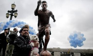 Torcedor posa ao lado de estátua de Messi na capital portenha Foto: Victor R. Caivano / AP