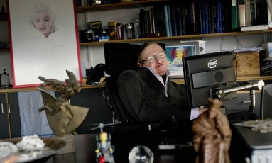 Hawking em seu escritório na Universidade de Cambridge: preocupação com uso de inteligência artificial na corrida armamentista Foto: Reuters