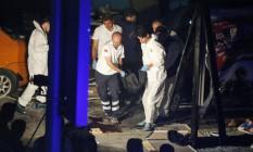 Equipes de resgate retiram vítimas do aeroporto de Istambul Foto: AP