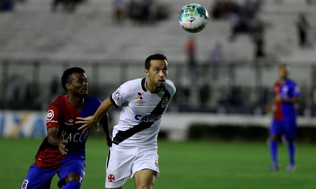 Camisa 10 do Vasco, Nenê vai atrás da bola, marcado em cima por um jogador do Paraná na partida em São Januário Marcelo Theobald / Agência O Globo