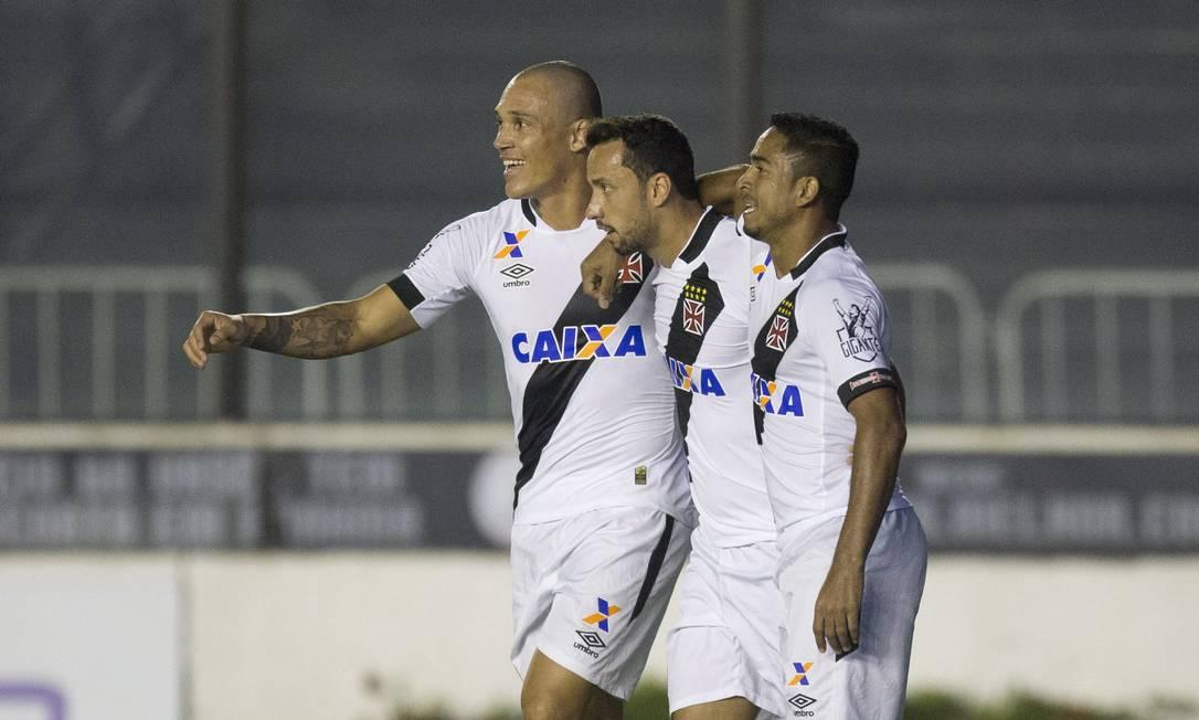 Nenê é abraçdo por Leandrão e Jorge Henrique ao abrir o placar para o Vasco diante do Paraná Agência O Globo