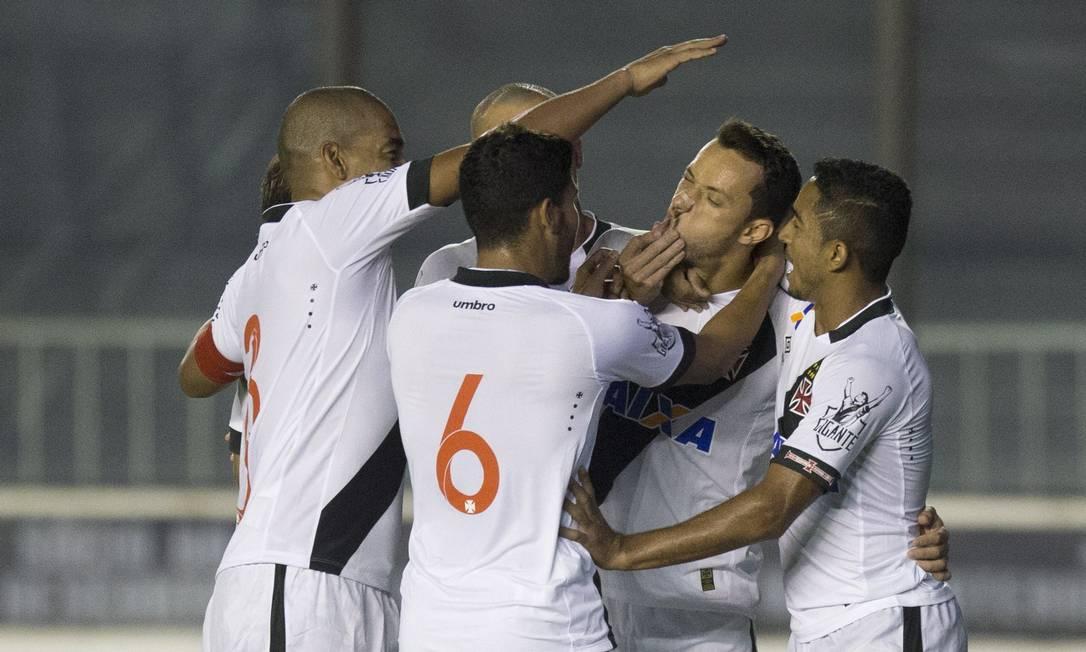 Nenê é abraçado ao fazer gol para o Vasco diante do Paraná Guito Moreto