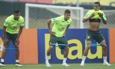 Marquinhos, Neymar e Danile em treino da seleçã ona Granja Comary Foto: Marcelo Theobald / Agência O Globo