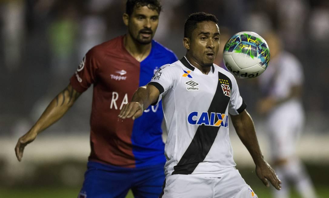 Jorge Henrique domina a bola, na partida entre Vasco e Paraná, em São Januário Guito Moreto / Agência O Globo
