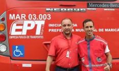 Funcionários da prefeitura de Maricá e ônibus da frota municipal: alvo de investigação da Justiça Eleitoral Foto: Divulgação