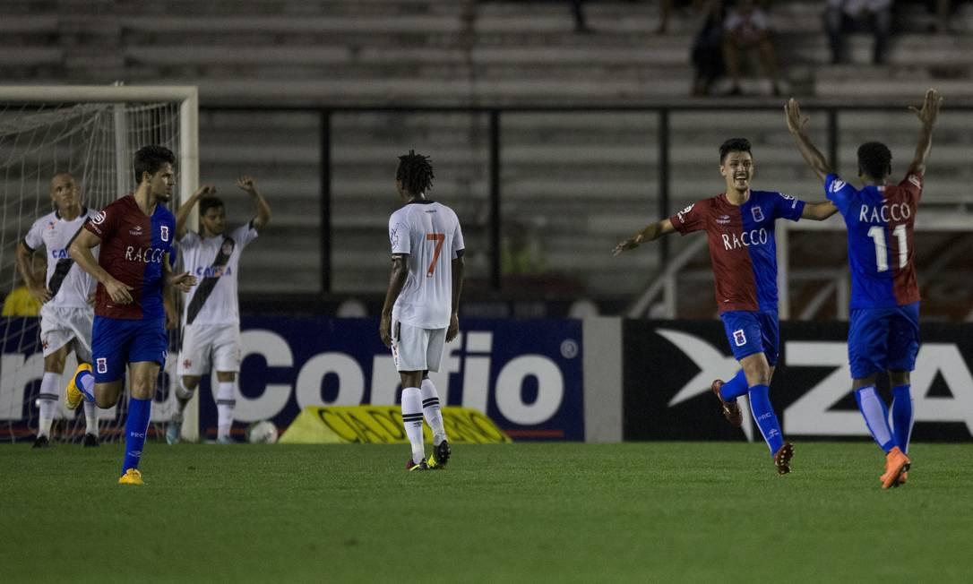 Jogadores do Paraná comemoram o segundo gol na vitória sobre o Vasco, em São Januário Guito Moreto