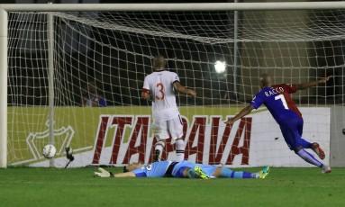 Com Martín Silva caído no gramado, Murilo Rangel comemora o gol da vitória do Paraná sobre o vasco Foto: Marcelo Theobald