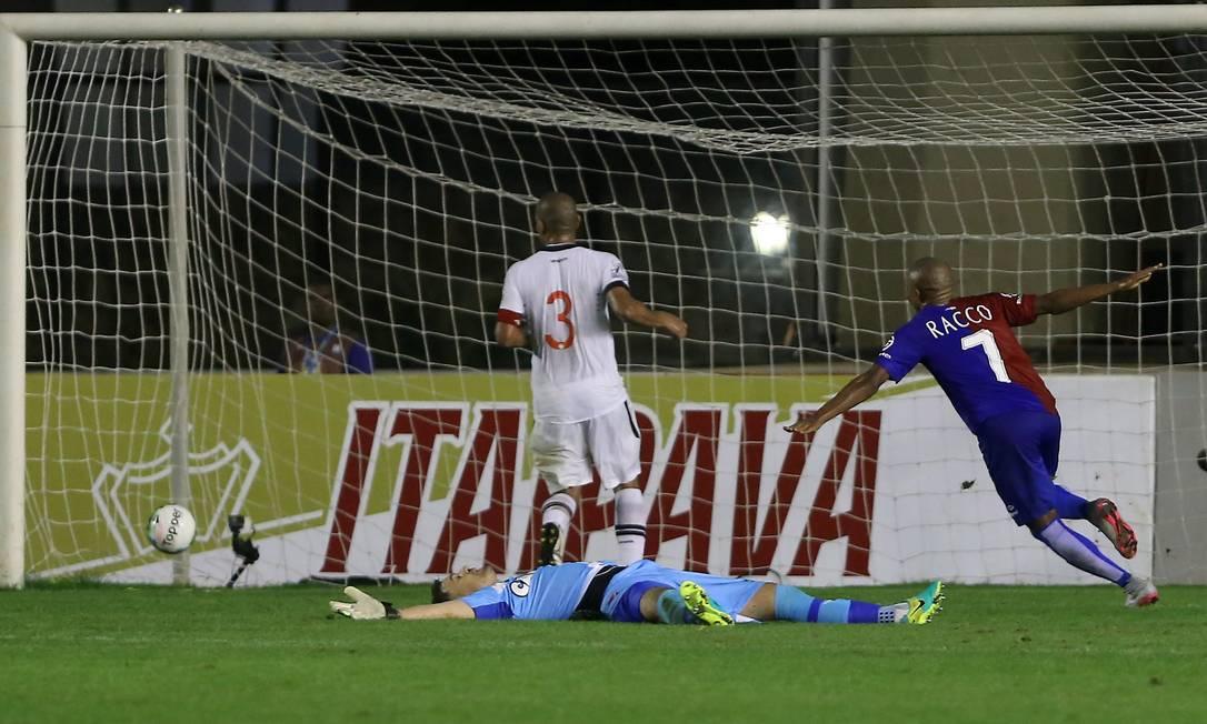 Com Martín Silva caído no gramado, Murilo Rangel comemora o gol da vitória do Paraná sobre o vasco Marcelo Theobald