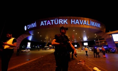 Policial guarda aeroporto após atentado Foto: MURAD SEZER / REUTERS