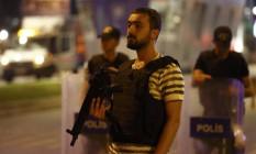 Policiais guardam entrada do aeroporto de Istambul após atentado: forças de segurança na mira dos críticos Foto: OSMAN ORSAL / REUTERS