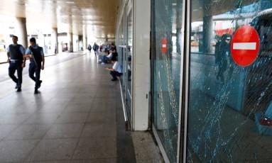 Policiais patrulham no aeroporto internacional de Istambul após ataque Foto: OSMAN ORSAL / REUTERS