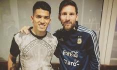 Messi, com o agasalho da seleção argentina, visita a família do atacante Sergio Agüero após vice-campeonato na Copa América Foto: Reprodução