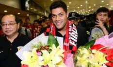 O atacante Hulk chegou ao aeroporto de Xangai na manhã desta quarta-feira: mais um brasileiro no futebol chinês Foto: AFP