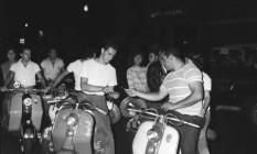 Rio, 1958. Lambretistas reunidos na Avenida Atlântica Foto: Arquivo / 10-12-1958