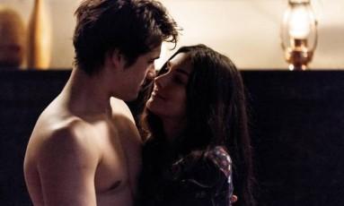 Rodrigo (Nicolas Prattes) beija Lu (Marina Moschen) Foto: Reprodução