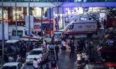 Policiais trabalham em aeroporto de Ataturk, em Istambul, após atentado terrorista que matou dezenas de pessoas Foto: OZAN KOSE / AFP